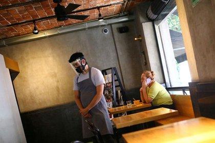 Los comensales y los trabajadores deben usar mascarillas en los restaurantes.  (Foto: Reuters)