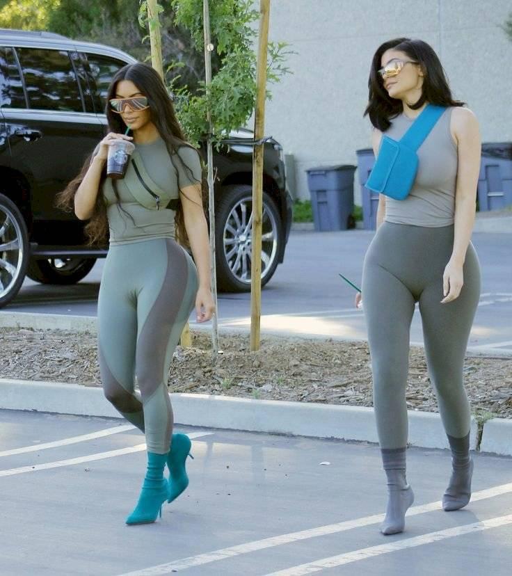 Kim Kardashian y Kylie Jenner demuestran cómo usar mallas ajustadas con tacones de aguja