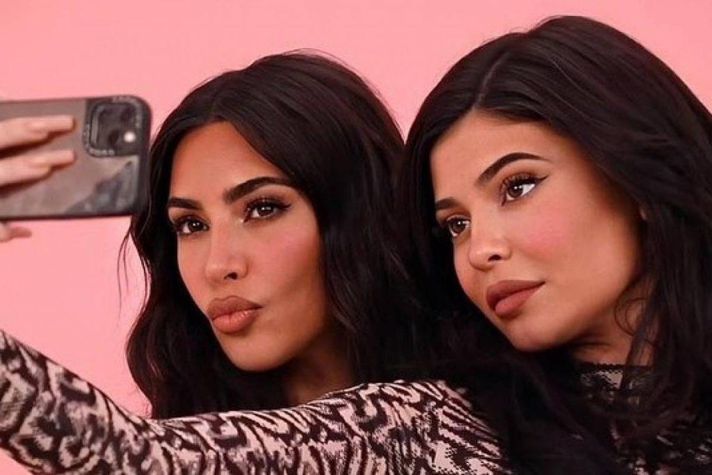 Kim Kardashian y Kylie Jenner se ven deslumbrantes al mostrar cómo usar leggings en botines de tacón de aguja