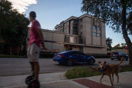 Un hombre pasea a su perro por el Consulado General de China en Houston, Texas, Estados Unidos.  22 de julio de 2020. REUTERS / Adrees Latif
