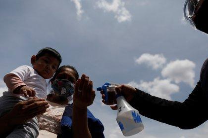 La gente continúa adaptándose a la nueva normalidad en México (Foto: REUTERS / Carlos Jasso)