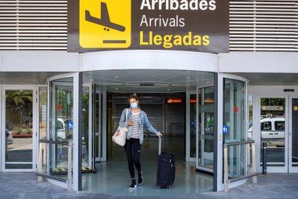 Vista de los primeros turistas en un vuelo de Eurowings desde Düsseldorf (Alemania) a su llegada al aeropuerto de Ibiza ayer.  EFE / Sergio G. Cañizares
