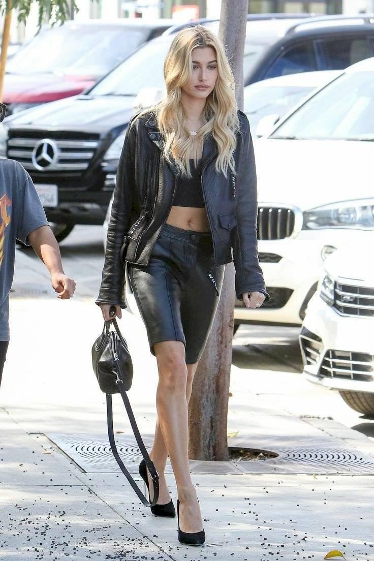 Hailey Bieber se ve fascinante con pantalones cortos de cuero que combinó con un top, chaqueta y tacones de aguja
