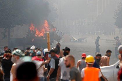 Un vehículo incendiado en medio de los disturbios (REUTERS / Thaier Al-Sudani)