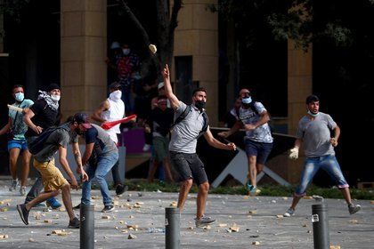 Manifestantes y policías se enfrentaron hoy en la capital libanesa poco después de que comenzara una protesta (REUTERS / Hannah McKay)