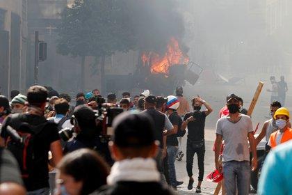 Muchos, con el rostro cubierto, llevaban piedras (REUTERS / Thaier Al-Sudani)