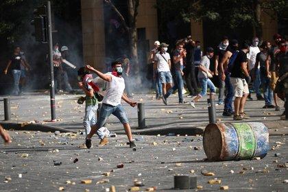 Un manifestante arroja piedras (REUTERS / Hannah McKay)