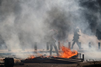 Humo, fuego y caos en las calles de Beirut (REUTERS / Hannah McKay)