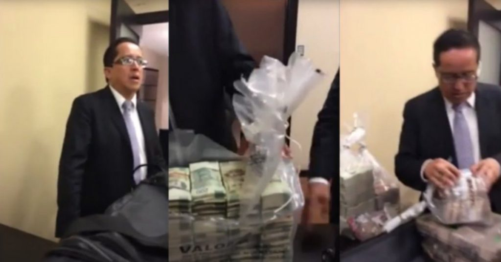 Video escándalo: exfuncionarios del Senado mostrados recibiendo fajos de proyectos de ley de un presunto ejecutivo de Pemex