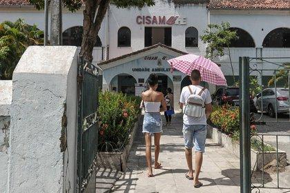 Vista de la fachada del Centro Integrado de Salud Amaury de Medeiros (CISAM) en Recife, clínica materna pública de referencia en el país para procedimientos de aborto, en Recife (Brasil).  EFE / Waldheim Montoya