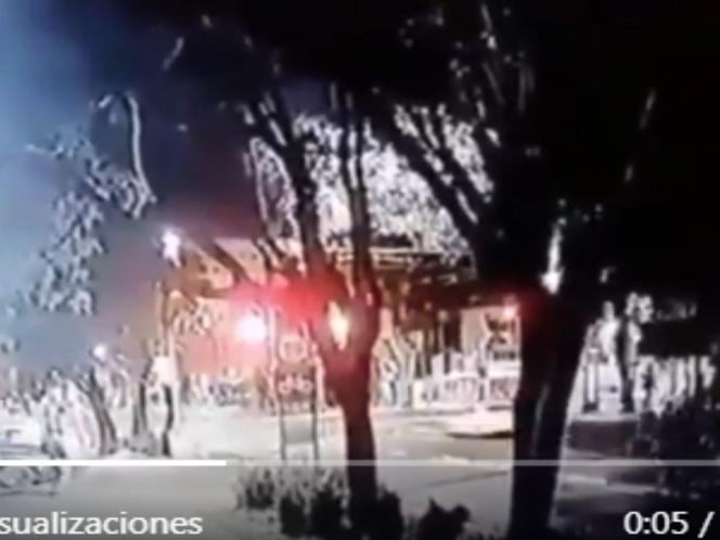 Captura el momento del terrible choque entre el remolque y el automóvil en Central Axis